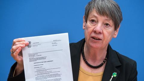 Barbara Hendricks mit dem unterzeichneten Klimavertrag der Weltklima-Konferenz in Paris (2015)