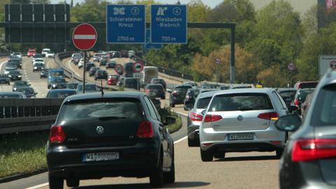 Dichter Verkehr auf der A66 kurz vor dem Schiersteiner Kreuz