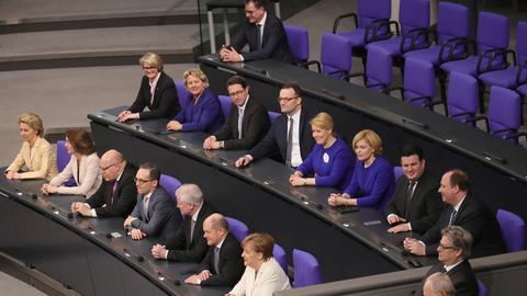 Die Kabinettsmitglieder der neuen Bundesregierung sitzen im Bundestag in zwei Reihen hintereinander