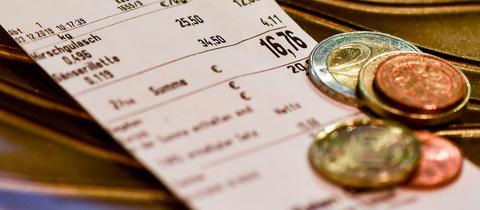 Kassenbon mit Münzen