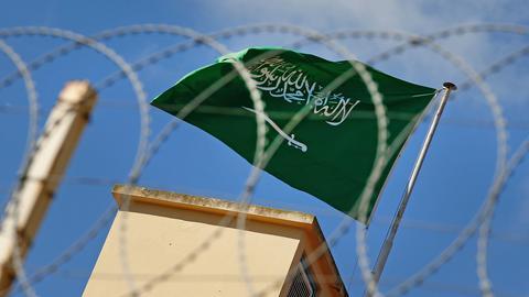 Die saudi-arabische Flagge weht über dem Konsulat in Istanbul