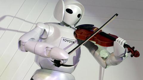 Ein Roboter spielt Geige