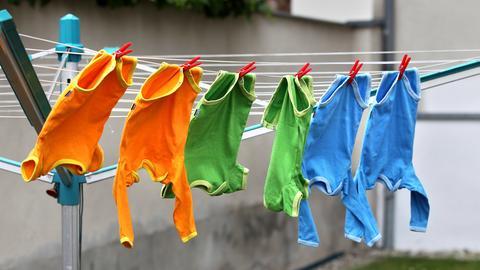 Baby-Strampler auf der Wäscheleine