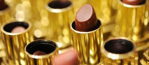 Dunkelrote Lippenstifte in goldener Fassung