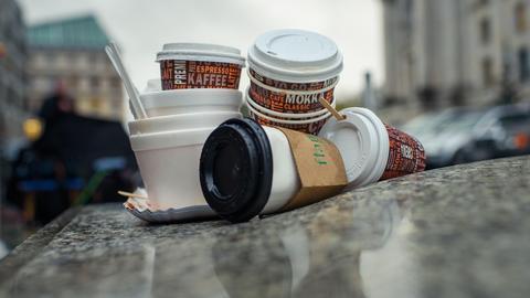 Littering: Ein Müllhaufen aus Coffee-To-Go-Bechern