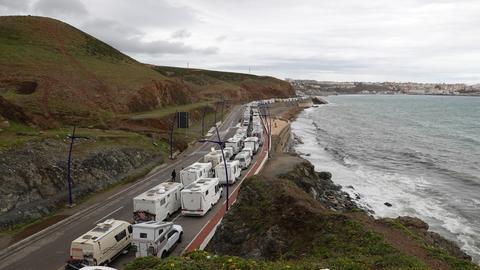 Eine lange Schlange von Wohnmobilen vor der spanischen Exklave Ceuta.