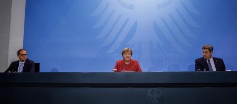 Bundeskanzlerin Angela Merkel (CDU) gemeinsam mit Markus Söder (CSU, r) und Michael Müller (SPD, l), Regierender Bürgermeister von Berlin