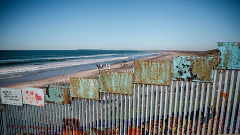 Ein Grenzzaun mit Stacheldraht an der US-Grenze nach Mexiko