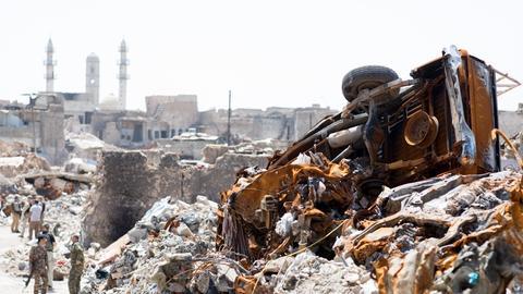 Soldaten sichern den Platz um eine vom IS zerstörte Moschee in Mossul (Irak).