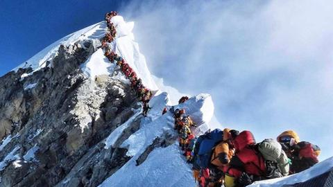Schlange in der sogenannten Todeszone am Mount Everest