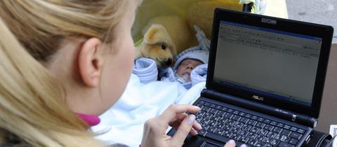Mutter mit Kind bei der Arbeit