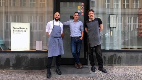 """Küchenchef Micha Schäfer (l.) und Inhaber Billy Wagner (r.) vom Restaurant """"Nobelhart & Schmutzig"""" und Christoph Scheld (m.)"""