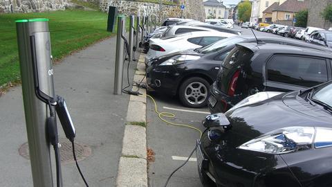 Großparkplatz für Elektroautos in Oslo, Norwegen