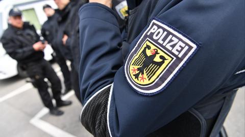 Ein Polizeiabzeichen am Ärmel eines Polizisten