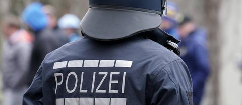 Ein Polizist im Einsatz bei einem Hochrisikospiel