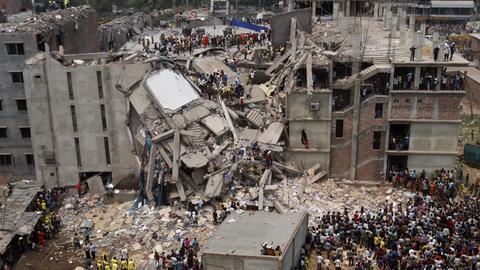Die eingestürzte Textilfabrik Rana Plaza in Bangladesch im April 2013