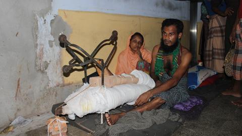 Eine Gewehrkugel hat den Oberschenkel von Abu Kalam zerstört