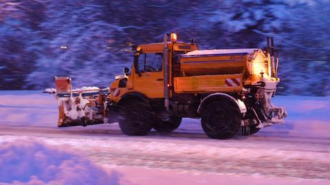 Schneeschieber räumt die Straßen vom Tiefschnee