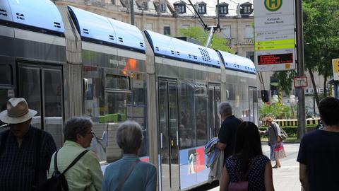 Eine Straßenbahn-Haltestelle in München
