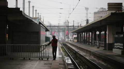 Paris: Ein Mann steht auf einem verlassenen Bahnsteig am Bahnhof Gare de Lyon.