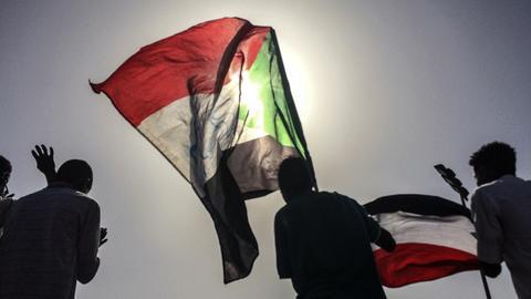 Sudanesische Demonstranten schwenken Nationalflaggen bei einer Kundgebung, um die Bildung einer Zivilregierung zu fordern.