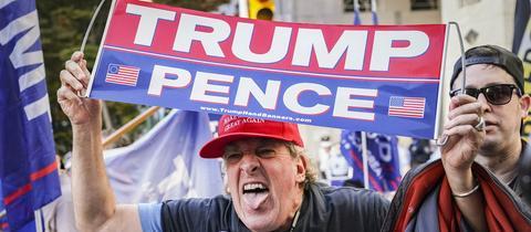 Verärgerter Anhänger von US-Präsident Trump in Menge von Demonstranten nach den Präsidentschaftswahlen.