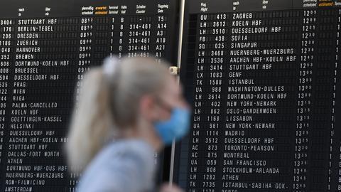 Frau mit Maske am Flughafen