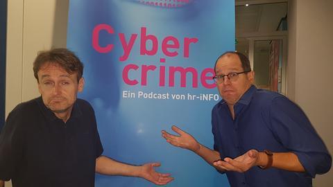Oliver Günther und Henning Steiner vor dem Cybercrime Plakat