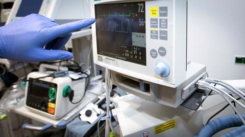 Ein Monitor zeigt die Werte eines Patienten