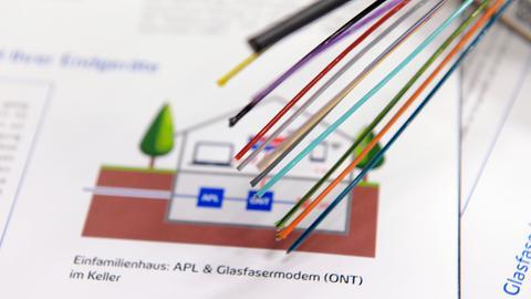 Ein Kabelpaket mit den Glasfaserkabelsträngen, die in die Häuser und Wohnungen verlegt werden liegt zur Info auf dem Tisch.