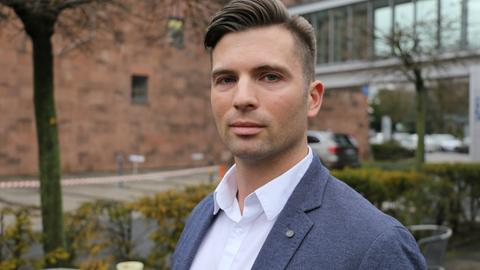 Jan Nolte von der Jungen Alternative Hessen auf dem Hof des Hessischen Rundfunks