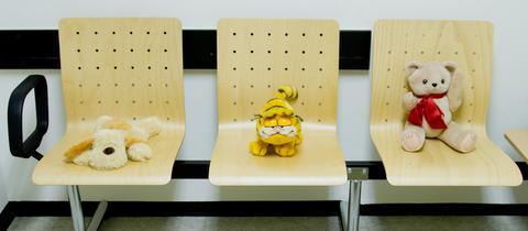 Kuscheltiere im Wartezimmer einer Kinderschutzambulanz