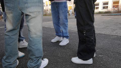 Jungs stehen auf einem Schulhof beieinander