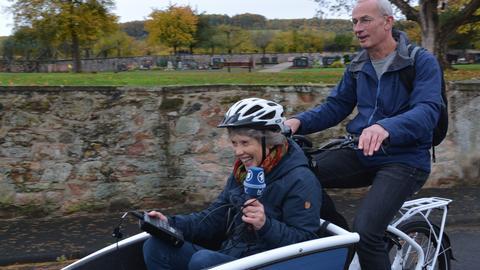 Brigitte Port im Lastenrad und Reporter Jens Borchers