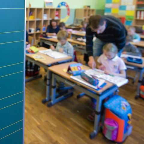 Lehrer bringt Grundschülern Rechnen bei