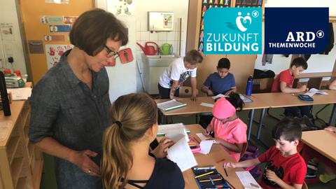 Petra Bollmann-Boberg beim Unterricht in der Geschwister-Scholl-Schule in Wiesbaden