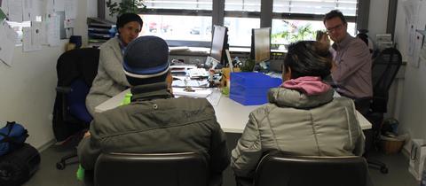 Flüchtlingsbetreuerin Halima Gutale und zwei ihrer Schützlinge in Pfungstadt