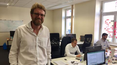 Dr. Tim Thabe von Creditshelf steht in seinem Büro