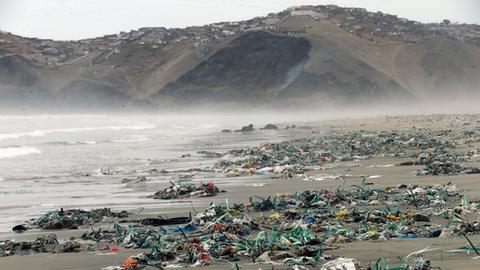 Plastikmüll am Strand Cavero, nördlich von Lima
