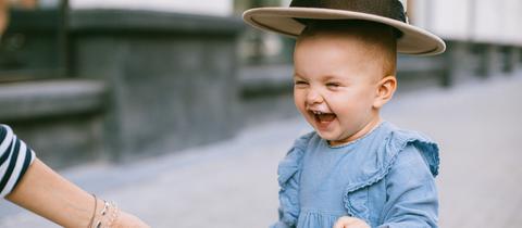 Fröhlich lachendes Kind