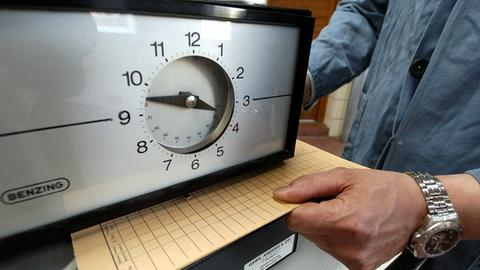 Eine Stechuhr zur Arbeitszeiterfassung