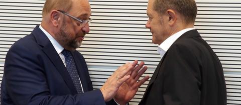 Martin Schulz unterhält sich zu Beginn der Sitzung der Bundestagsfraktion der SPD mit Olaf Scholz