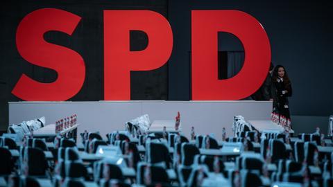 SPD Bundesparteitag: SPD Letter und leere Stühle
