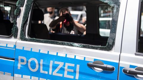 Stuttgart: Das Fenster eines Polizeiautos, das während der nächtlichen Randale beschädigt wurde