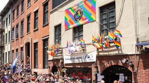 Demonstranten feiern vor dem Stonewall Inn zur Pride-Parade in New York 2019