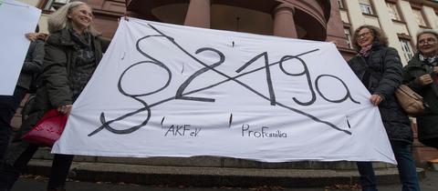 Demonstrantinnen vor dem Amtsgericht Gießen fordern die Abschaffung des Paragrafen 219a
