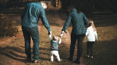 Familie mit zwei Kindern im Wald