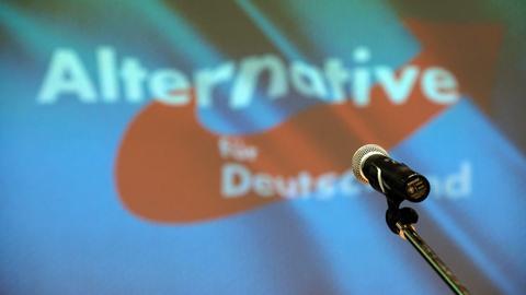 Mikrofon vor einem Parteilogo der AfD