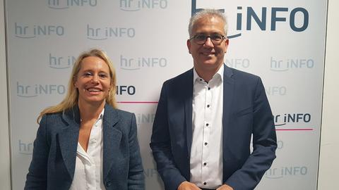 Spitzenkandidat Tarek Al-Wazir (Grüne) und hr-iNFO-Moderatorin Simone von der Forst