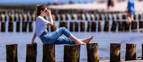 Frau allein am Strand